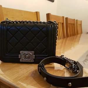 super fin Chanel väskan väldigt fint, Ej äkta men lika som äkta kopia A köpte från USA på sommaren väldigt bra på kvaliteten.....