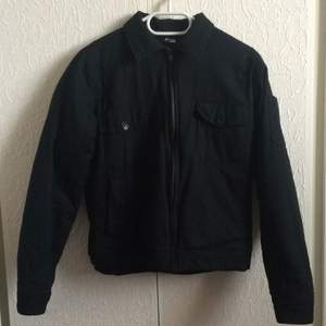 Lightly wadded, fine black jacket, stands on the wall M but can fit S also depending on how you want it to sit. Too many jackets therefore I sell this sweetheart :)