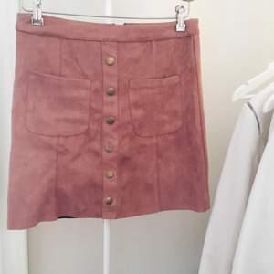 Supersöt kjol i mocka imitation från papaya. Lagom längd och använd endast 1 gång.