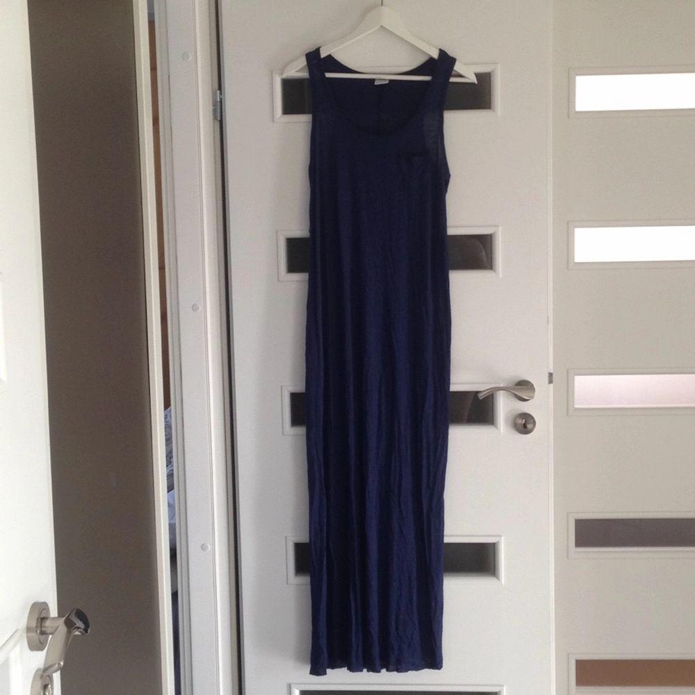 En fin mörkblå långklänning från Gina tricot. Står L på lappen men är en M, jag är 167 cm lång och längden är som på bilden. Aldrig använd. Klänningar.