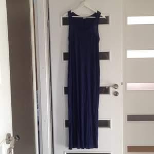 En fin mörkblå långklänning från Gina tricot. Står L på lappen men är en M, jag är 167 cm lång och längden är som på bilden. Aldrig använd