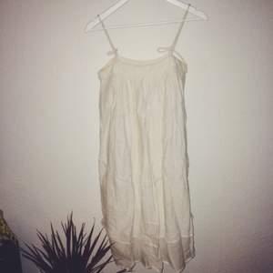 Lätt off-white klänning i 100% bomull från Rabens Saloner i storlek S. Man kan knyta banden lite som man vill och därav justera längden lite. Går lite nedanför knäna.