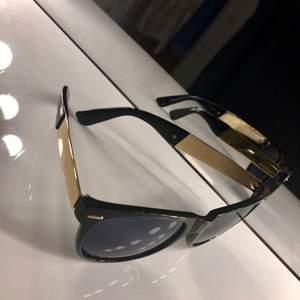 Solglasögon ifrån Ginatricot med gulddetaljer, frakt står man för själv eller upphämtas i Göteborg 💕