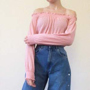 Supersöt off-shoulder tröja från hm. Säljes då den knappt använts fler än 1 gång. Tveka inte att kontakta mig om du undrar något!🌸🌸  (Mer info finns i min profil)