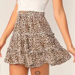 Säljer min leopard kjol ALDRIG använd säljer den pgd av att den inte kommer till användning storlek XS. Frakten ingår i priset!😊