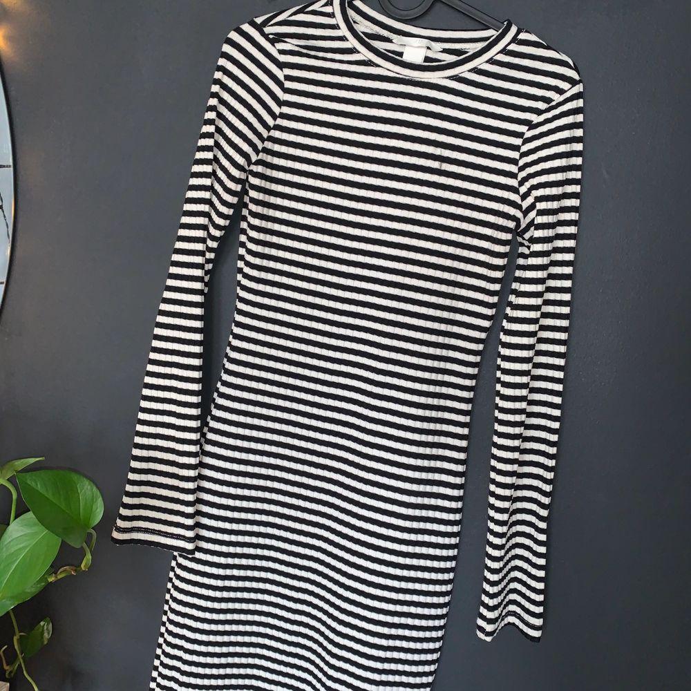 Randig lång tight klänning ifrån HM nyskick ! 100kr inklusive frakt 🚚. Klänningar.