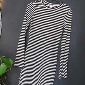 Randig lång tight klänning ifrån HM nyskick ! 100kr inklusive frakt 🚚