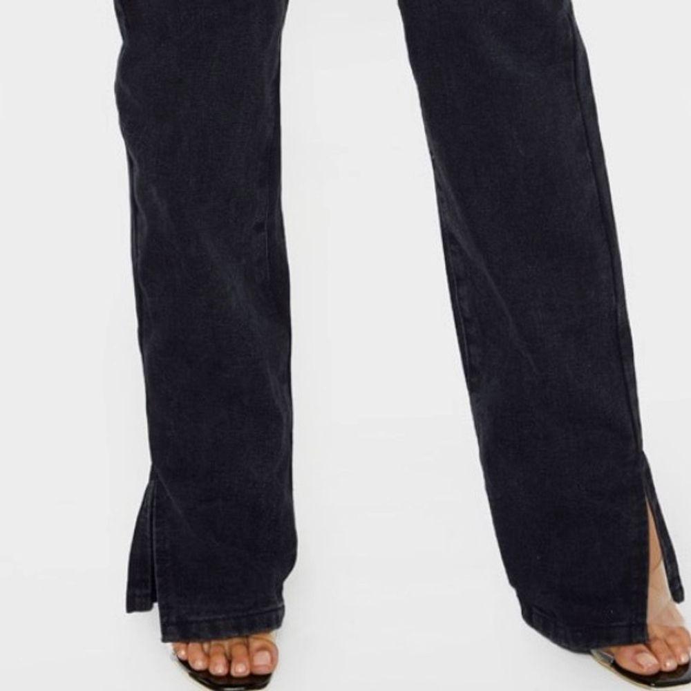 Säljer dessa pågrund av att jag beställde en för liten storlek! Jag har dom i en större storlek så jag vet att de sitter snyggt på! Jag är 180. Slitsen lägger sig perfekt över sneakers🥰 skicka meddelande ifall du vill ha fler bilder som jag tagit själv❤️ . Jeans & Byxor.