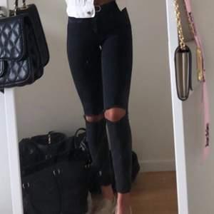 Säljer dessa snygga jeans från Only då dom tyvärr inte passar längre! I storlek XS/34 och är hyfsat långa i längden. På första bilden har jag vikit upp dom, jag är ca 165cm. Säljer för 220kr, frakt tillkommer 💕💕