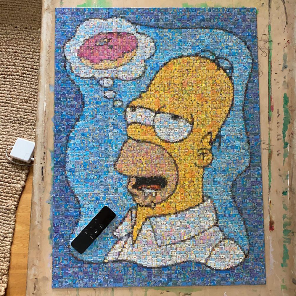 Ett stort pussel av Homer Simpson som tänker på en munk. Pusslet är över 1000 bitar och går att rama in och använda som tavla. Papper med bild på det färdiga pusslet ingår. Om man pysslar bon stop tar det nog 1-2 dagar, om man jobbar lite i taget mer. Övrigt.