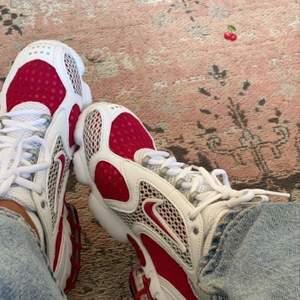 Söker dessa skor i storlek 38, färg spelar ingen roll. De ska högst kosta 500 kr!💙