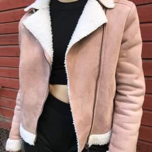 Jätte fin rosa mocka jacka! Storlek S! Fin kvalite! Frakt tillkommer ✨🛍