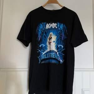 En t-shirt jag köpte för ett par år sedan på Myrornas i Göteborg! Är i L, jag har 40/42 i vanliga fall och den är oversized på mig. Om flera är intresserade blir det budgivning. Frakt tillkommer!