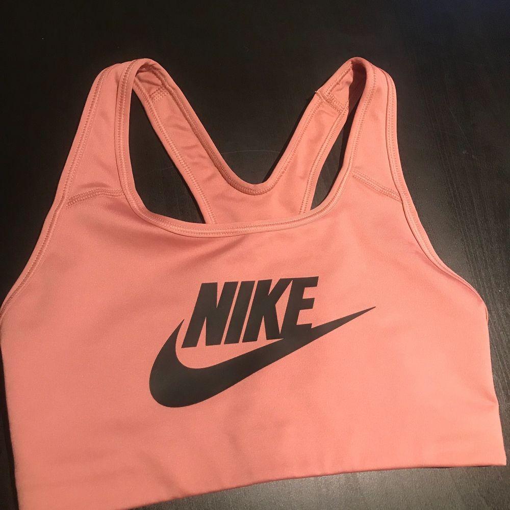 Ljusrosa träningstopp från Nike i storlek xs. Den är mer ljusrosa i verkligheten. Endast testad. 150 kr inklusive frakten :). Toppar.