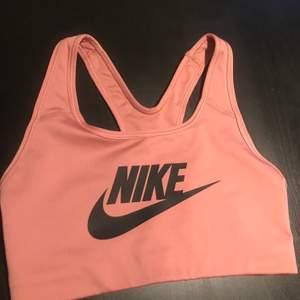 Ljusrosa träningstopp från Nike i storlek xs. Den är mer ljusrosa i verkligheten. Endast testad. 150 kr inklusive frakten :)