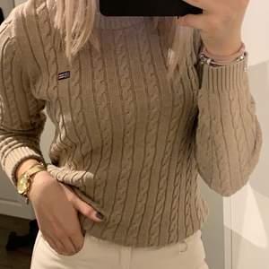 Beige kabelstickad tröja från Lexington. Använt Max 3 gånger. Den är skön och har en fin passform