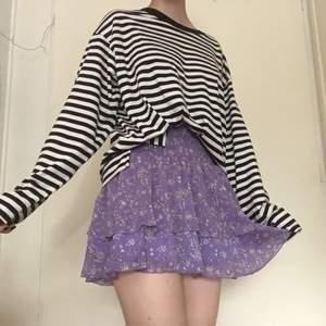 Lila plisserad kjol i fint skick köpt på Bik bok. Mönstret är små vita blommor. Storlek XS men är stretchig i midjan så passar även S💜