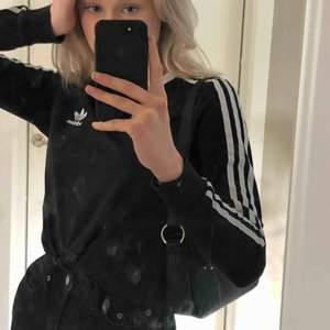 Långärmad T-shirt från Adidas köpt för 399kr. Säljer pga att den inte riktigt är min stil och kommer inte till användning. Fraktkostnad tillkommer 💘