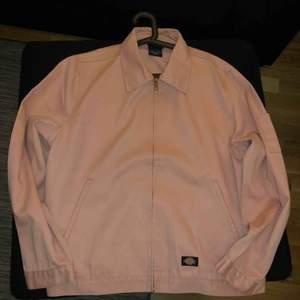 Tja, säljer nu min helt nya Dickies vintage jeansjacka i storlek L.  Nyskick, aldrig använd!!   Nypris var 699. Köparen står för frakt! :)