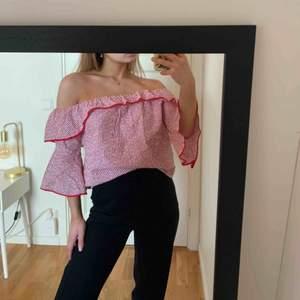 Jättegullig rödvit off the shouldertopp ursprungligen från Zara. Stretchig i axlarna. Aldrig använd, endast testad.