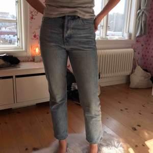 Säljer dessa SKITSNYGGA jeans från Weekday pågrund av att de tyvärr är för små💞💞Min kompis är 163 och bär vanligtvis XS/S