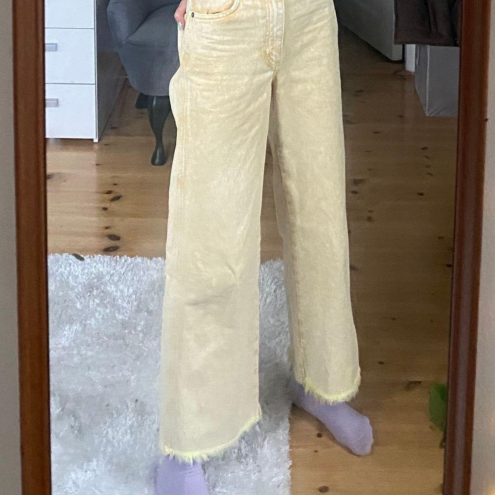 Jätte snygga å coola jeans från monki med slitet längst ner till benen! ÄR INTE SÄKER PÅ OM JAG VILL HA KVAR SÅ VI KÖR EN INTRESSE KOLL❗️. Jeans & Byxor.