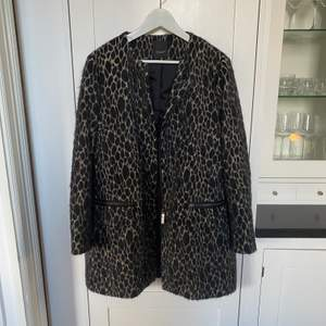 Jättefin kappa från SAND Copenhagen i leopardliknande mönster. 50% ull. Bara använd ett fåtal ggr så i perfekt skick! Storlek 40.