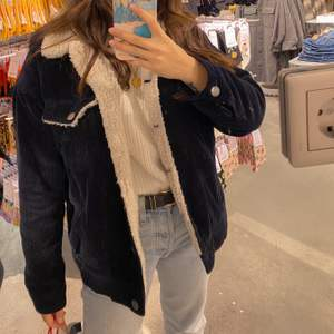 Oversized corduroy jacket from Monki. Bought it for 700kr, it's still in a very good condition. It's meant to be oversized so this one is XXS, but feels like M in normal size.