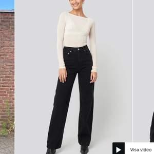Vida populära jeans från NA-KD. Använda endast en gång. OBS! De är uppsydda, de är fortfarande lite för långa för mig som är 160 cm. Nypris = 599 kr. Köpten står för frakten!💞