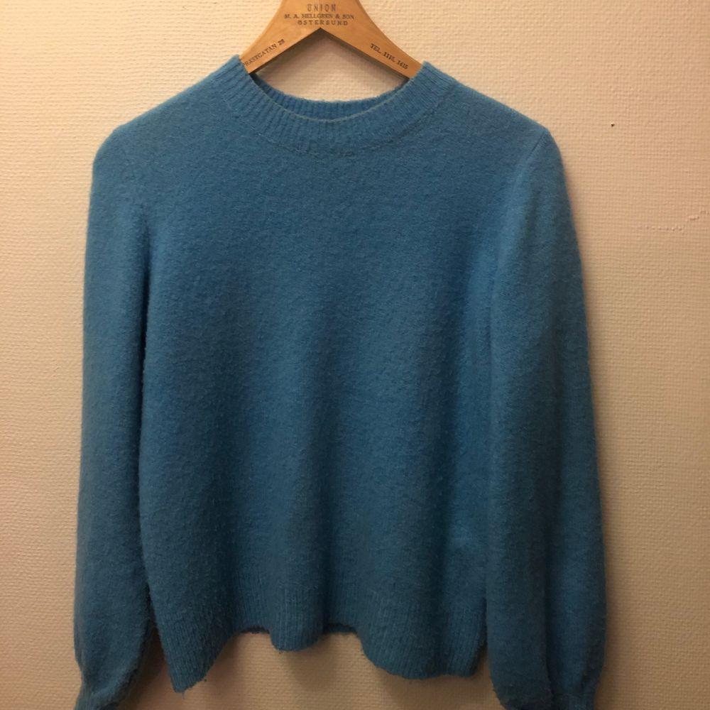 Långärmad stickad tröja, ganska tunn i stark ljusblå färg. Säljer för att den inte längre kommer till användning, köpare står för frakt !😊. Tröjor & Koftor.