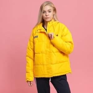Intressekoll på denna gula elesse jacka inköpt för 2 år sen! Tror den är i en storlek S/M? Inköpt för 800kr. Köpare står för frakt, pok❤️