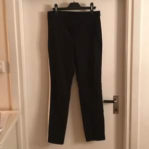 Svarta kostymbyxor med vita revärer på sidorna, storlek M, dem är i bra skick och säljer för att jag inte använder! Mötes upp i Centrala Uppsala, alt köparen står för frakt.