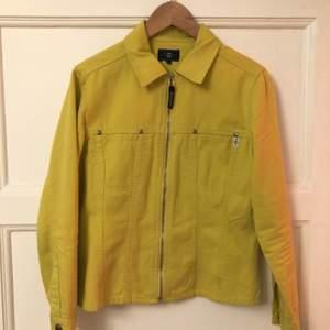 Tyvärr har denna hängt i garderoben pga för liten, så säljer nu vidare. Kan användas som både skjorta och jacka! Jeansmaterial✨