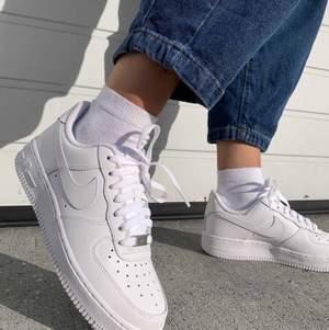 Jätte fina airforce köpte för 1000 ock budet börjar nu på 250! Dock har de hål på båda skorna längst bak men det går att laga hemma eller hos skomakare! Eller så kan man ha de sådär! Buda i kommentarerna! Skriv privat för mera info!❤️