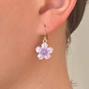 Örhängen i form av lila blommor. Örhängena är nickelfria! Pris: 49 + 11 kr frakt. Finns 1 par i lager