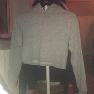En hoodie från hm är som en magtröja, Bra skicka. Köpt för ca 1år sedan, nästan aldrig använd