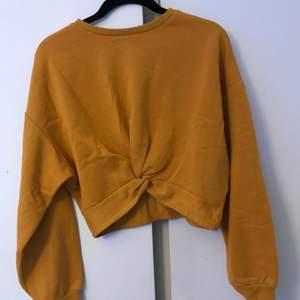Cool gul tröja med knytdetalj från HM. Säljer för att den inte längre kommer till användning. Frakt tillkommer
