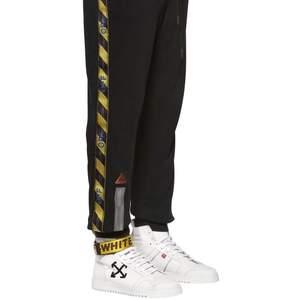Off white tape sweatpants unisex  Size: xs, men passar oversized som allt från ow  Kan tänka mig att sälja samt byta.  Tveka inte att skicka iväg ett meddelande ifall ni vill ställa en fråga eller ha fler bilder :)