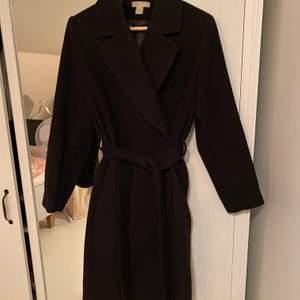 Svart kappa från H&M, köpt förra året. Jättefint skick, passar perfekt till allt och speciellt nu 🍂  Tjockt material så perekt med en tröja under när det blir kallt!