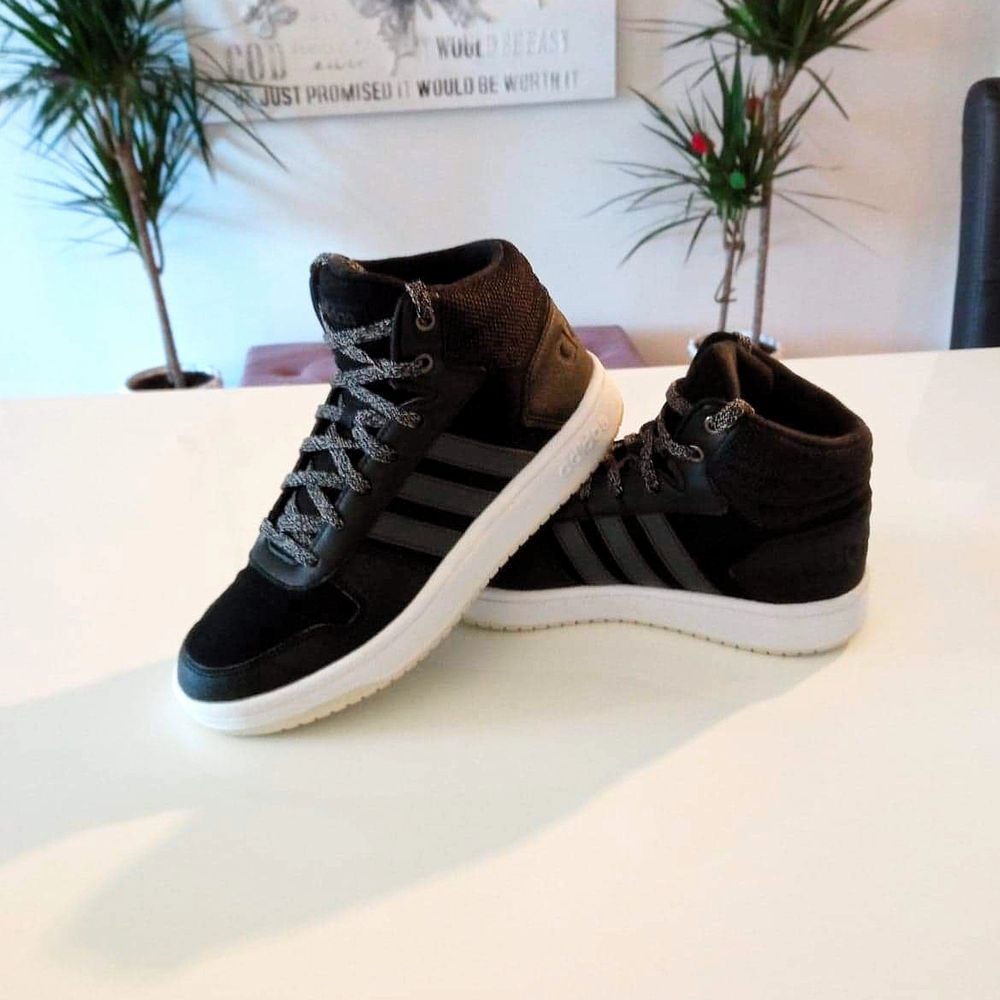 Varma sköna fodrade Adidas skor som oxå är lite höga, vilket passar perfekt nu till hösten och vintern 🙂 endast provade av min dotter 1 gång som dom är helt i nyskick 🌟 storlek 37,5. Finns i Västerås 🌸🌸🌸. Skor.