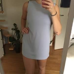 Finaste finaste finaste klänningen! Ljusblå i 60-talsstil, så lätt och luftig! Min absoluta favorit men har pga mitt ass blivit för kort:(( Klänning på en nätt person, men kanske som tröja på någon som är lite längre??   Tyvärr lite missfärgad i mitten på magen, inget man direkt tänker på men se sista bilden!