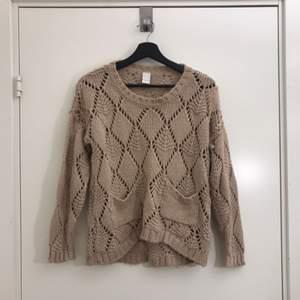 Beige stickad tröja i storlek XS, men passar även en S. Tröjan sitter löst nertill och har två fickor. Hämtas i Uppsala eller fraktas till önskad adress.