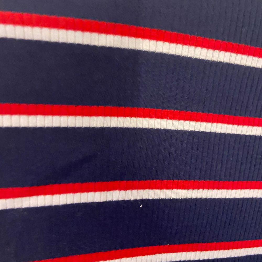 Fin oanvänd randig t-shirt från H&M. Storlek xs. . T-shirts.