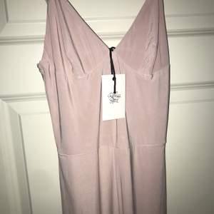 Oanvänd med lappar kvar. Jumpsuit från rebecca Stella. Färg nude. Strl S