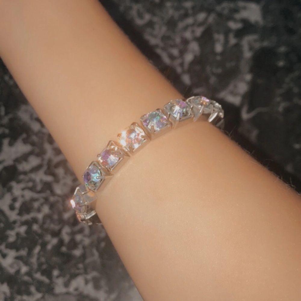 """säljer detta superfina """"diamant"""" (ej äkta) armband för att den är för stor för min handled. säljer för 15kr plus frakt🤍🤍. Accessoarer."""