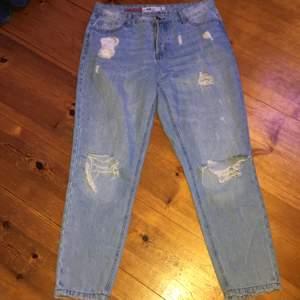 Säljer mina blåa mom jeans! Dem är använda Max 5 gånger och är i rätt så bra skick. Det ända problemet är att en knapp saknas, så har det varit sen jag köpte dem, man ser ingen större skillnad. Dem är L men jag är M och dem passar mig bra. Köpare står för frakt.