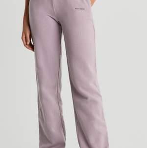 Säljer dessa snygga sweatpants från nicki studios x ginatricot använda en gång endast!