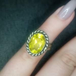 Ring med gul sten