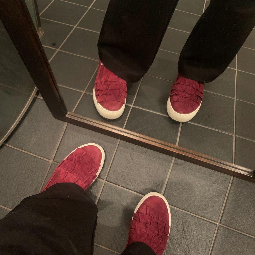 Vinröda Dasia skor storlek 38. Köpta för 1000kr men endast använda nån vecka då jag insåg att dem var fel storlek. . Skor.