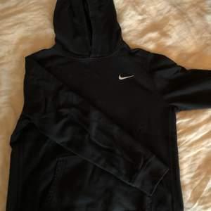 Super fin Nike hoodie köpt second hand. Knappt använd men tyvärr för liten för mig! På lappen står xxl (antagligen barnstorlek för att på mig som har M sitter den aningen tightare